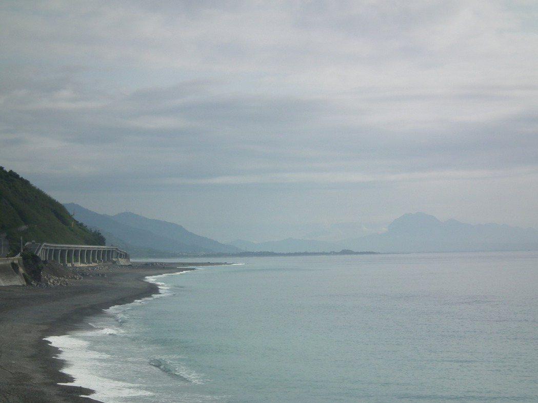 「多良高架橋」全長約5百公尺,往海邊而建,由於蓋在海平面上,視野非常遼闊。記者尤...