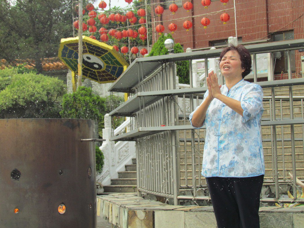 慈善宮住持黃李濟上午在廟前為好友豬哥亮祈福。記者張家樂/攝影