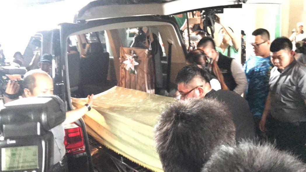 豬哥亮遺體運往板橋殯儀館。記者江孟謙/攝影