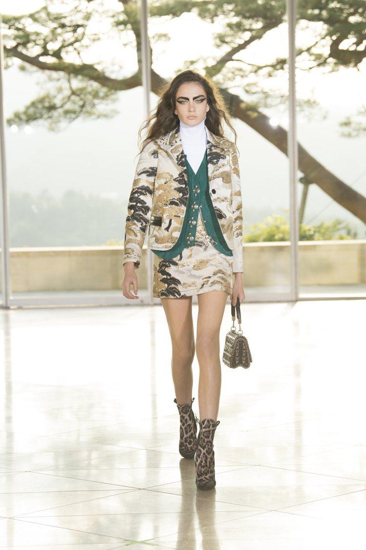 西裝外套和短裙上都看得見細膩日式圖騰刺繡。圖/LV提供