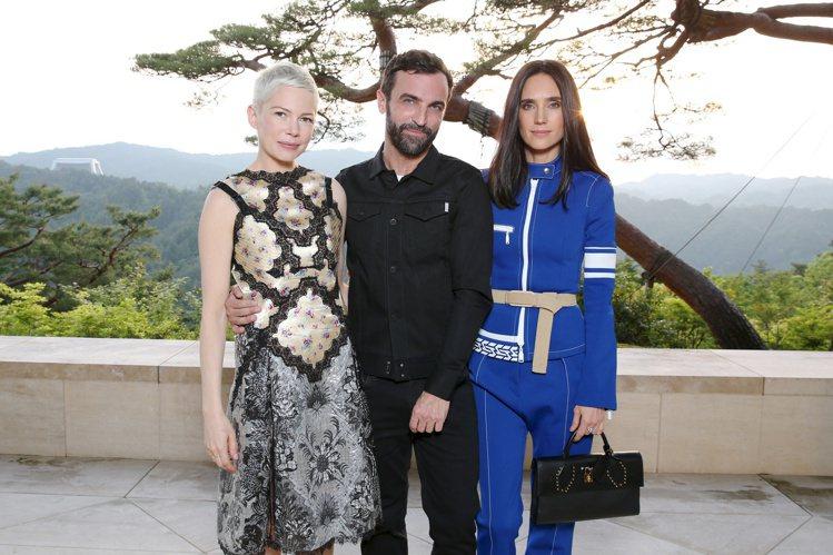 (左起)蜜雪兒威廉絲、創意總監Nicolas Ghesquiere、珍妮佛康納莉...