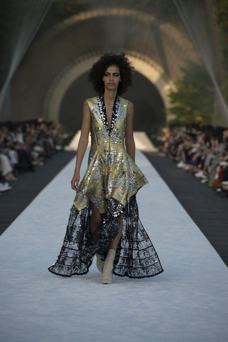 晚禮服連衣裙閃爍著傳統「能劇」的燦爛金光。圖/LV提供