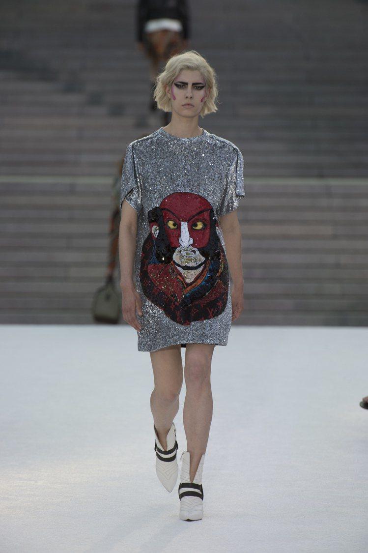 山本寬齋為LV創造了獨特的象徵和符號,亮片洋裝上的臉譜、關西歌舞伎元素包款、絲巾...