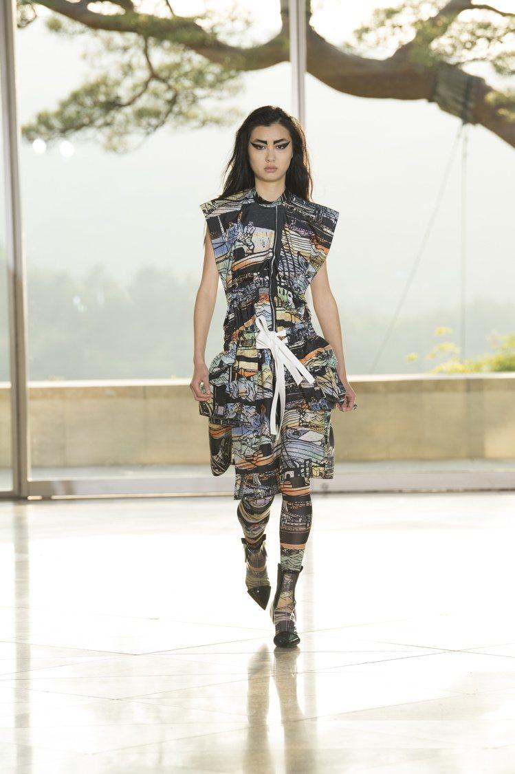 具象版畫、山水水墨畫、歌舞伎臉譜出現在西裝外套、連身套裝甚至是長靴上。圖/LV提...
