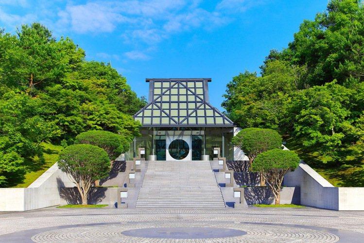 LV來到了日本京都,選在建築師貝聿銘以人間天堂香格里拉為靈感設計的美秀美術館(M...