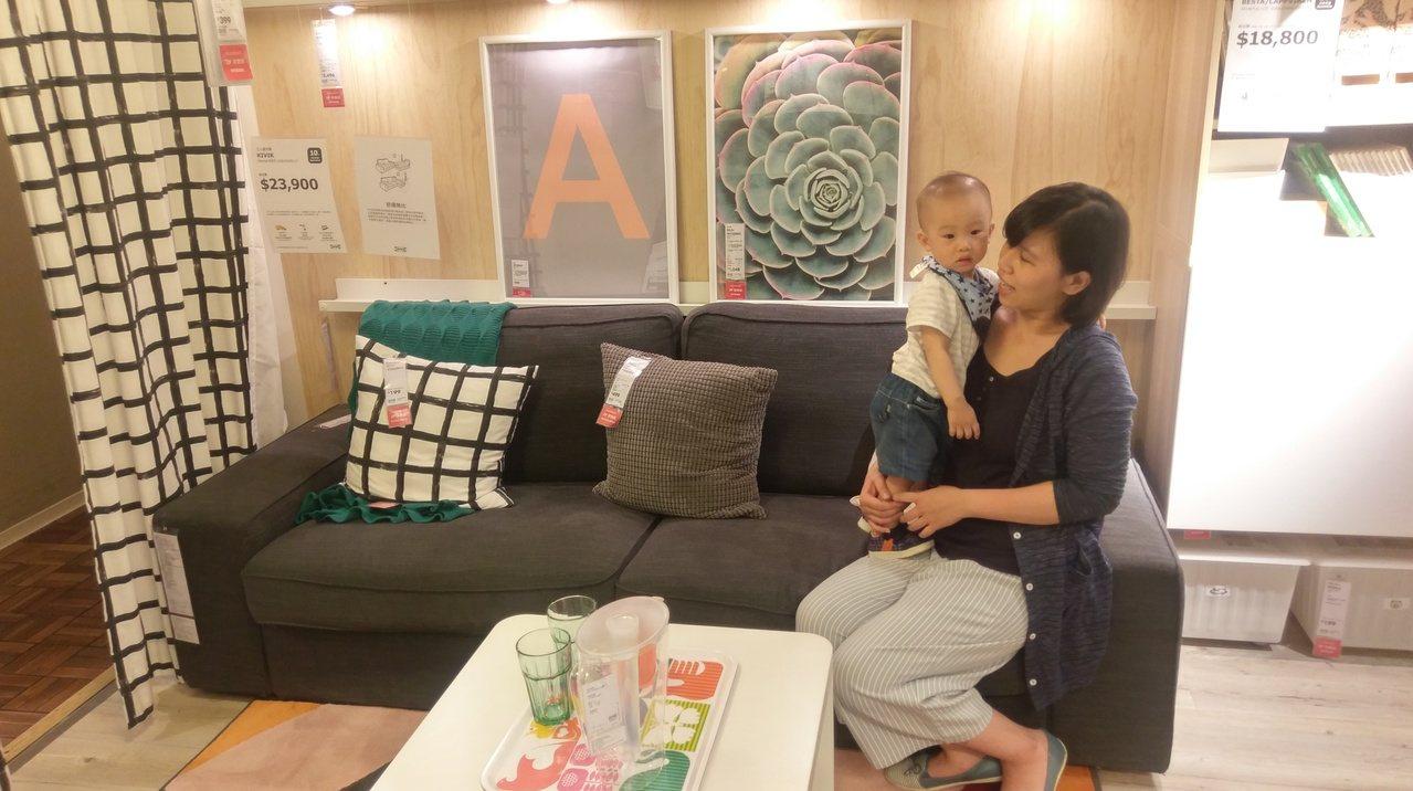 高市社會局與IKEA宜家家居高雄店共同推動兒童居家安全,首度於該店3樓客廳區展示...