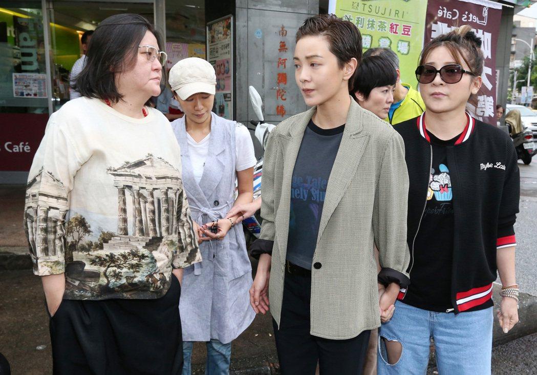 邱瓈寬(左一)下午率大尾鱸鰻班底,包括郭采潔(中)、苗可麗(右二)、王彩樺(右一