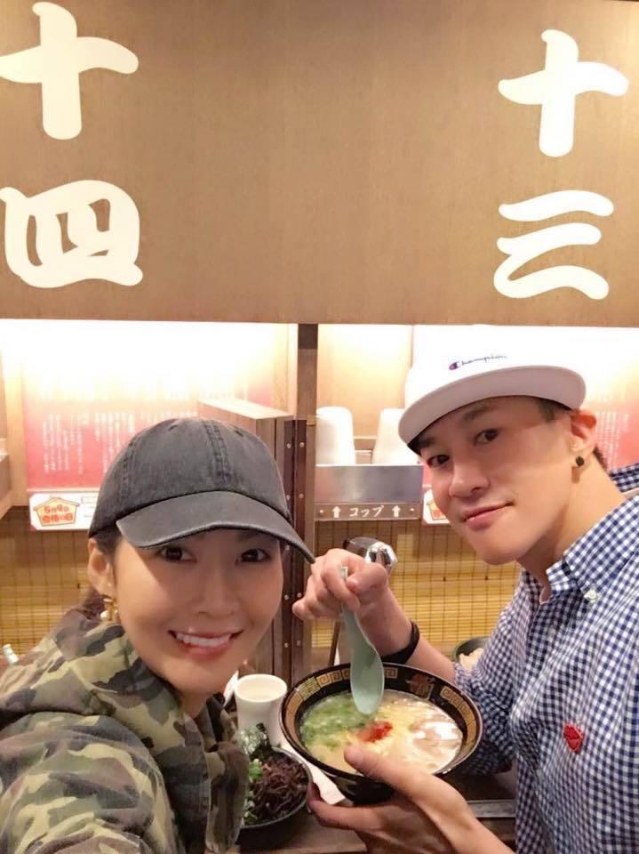何潤東5月11日在臉書曬夫妻倆小甜蜜,寫下「九年九個月長長久久!還遇到了一三一四...