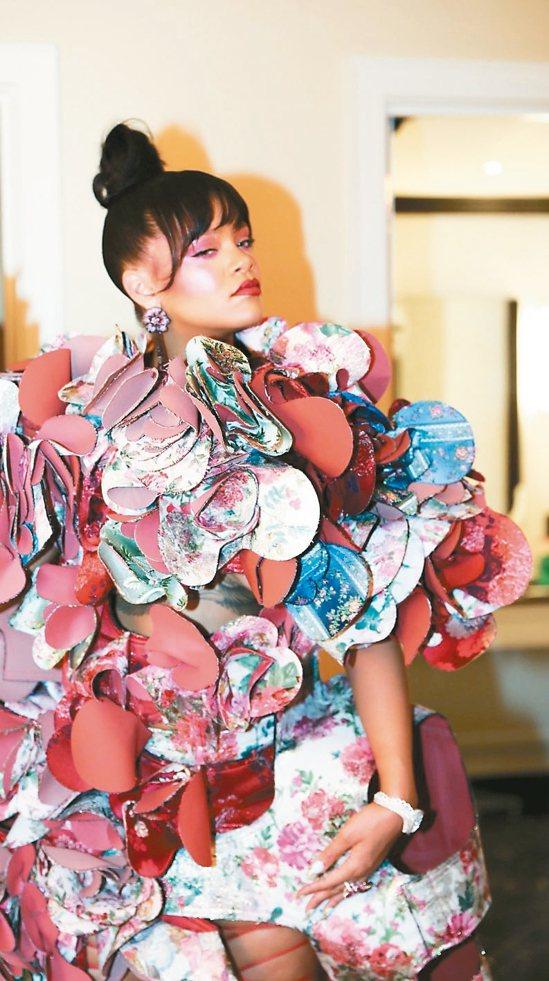 今年紐約大都會藝術博物館紅毯上,蕾哈娜(Rihanna)大膽演繹川久保玲作品,不...