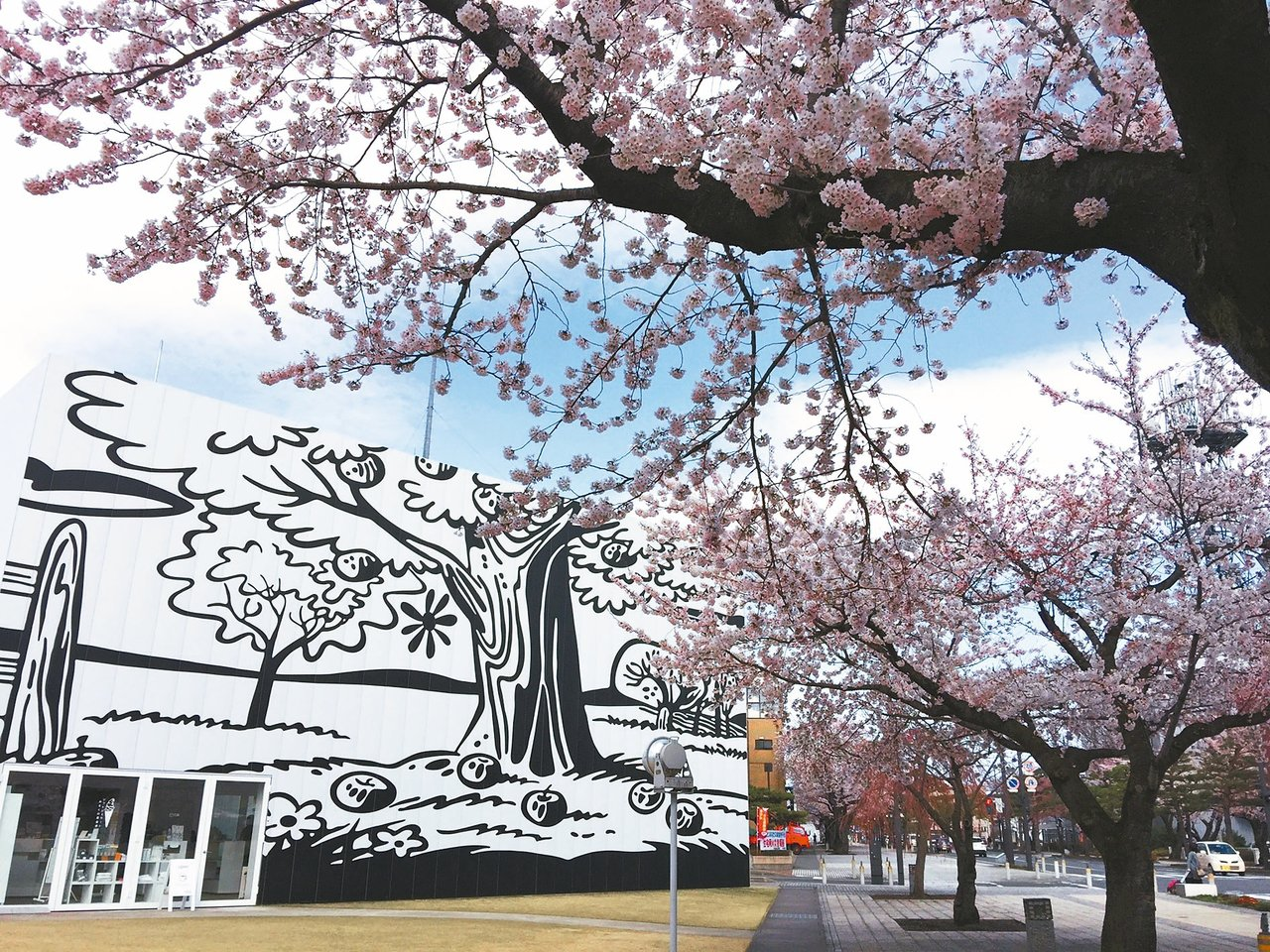 與環境融為一體的十和田美術館,怎麼取景都漂亮!尤其正值櫻花季。 記者錢欽青/攝影