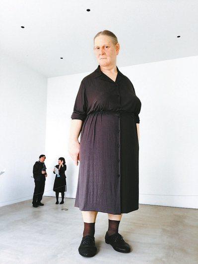 澳洲藝術家的的巨型雕塑,相當發人省思。 記者錢欽青/攝影