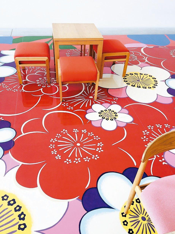 林明弘繪製的地板,替咖啡館帶來繽紛的春光 記者錢欽青/攝影