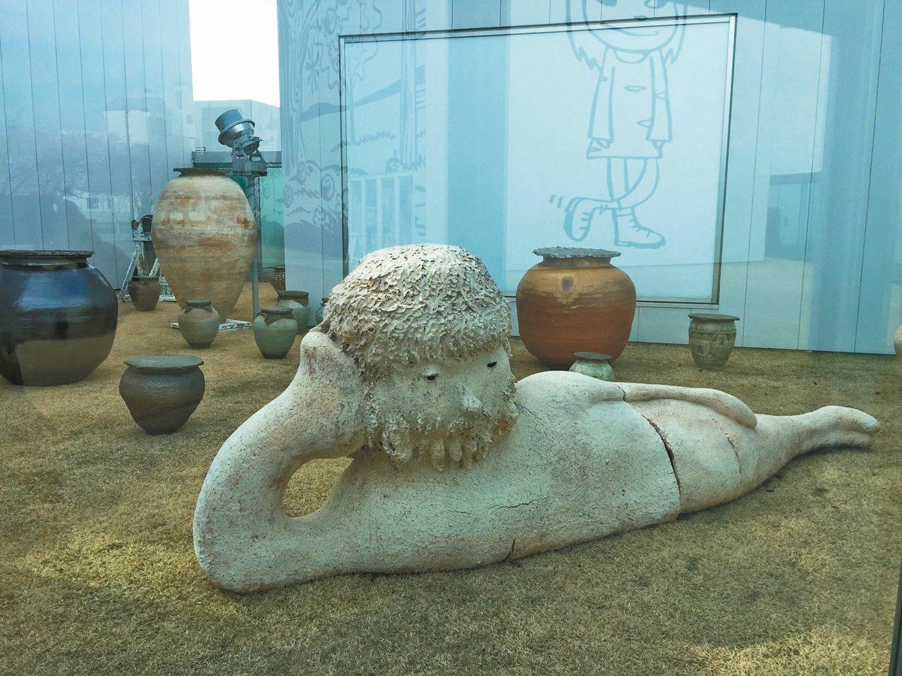 村上隆少見的陶藝作品,仍有童趣。 記者錢欽青/攝影