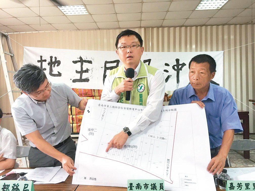 市議員李退之(中)指著圖說,還要退縮5公尺,如何蓋房子。 記者吳政修/攝影