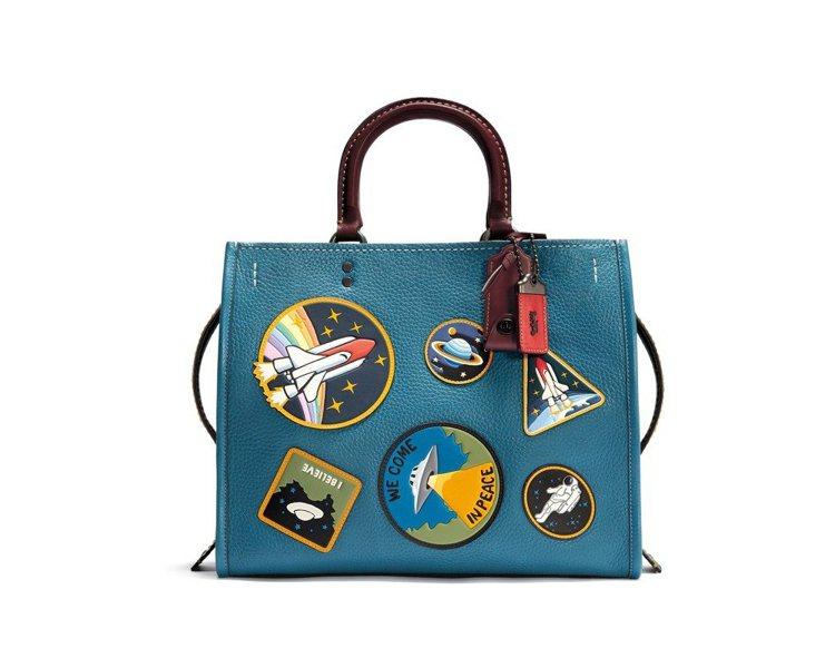 Space徽章拼貼Rogue鵝卵石顆粒皮革手袋,售價39,800元。圖/COAC...