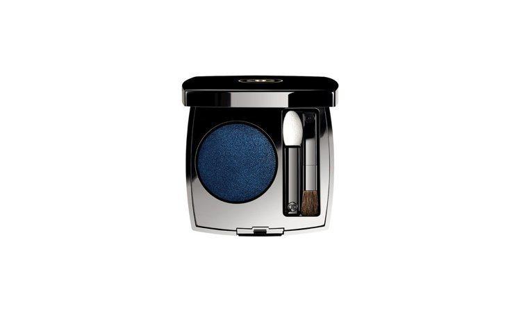 單色恆彩眼影 #16 深藍丹寧,2.2g,1,270元。圖/香奈兒提供