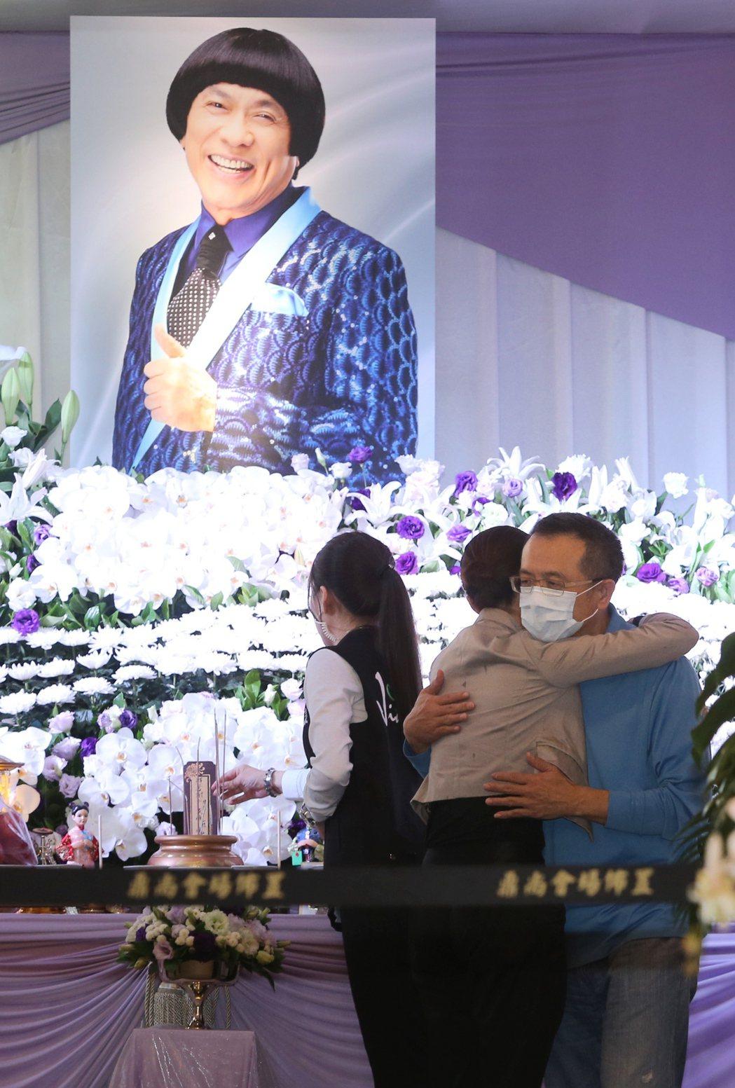 侯怡君臨走前擁抱豬哥亮的長子謝順福和小女兒謝金晶。記者陳柏亨/攝影