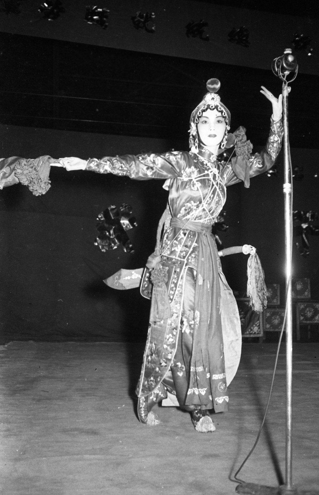 1954年,香港自由影劇人平劇勞軍公演在三軍球場舉行,銀壇俠女于素秋演出的十三妹...