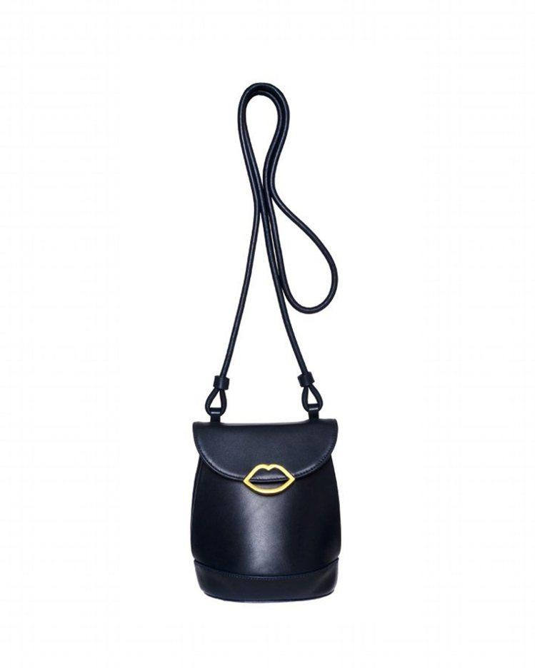 黑色迷你水桶包,13,800元。圖/LULU GUINNESS提供