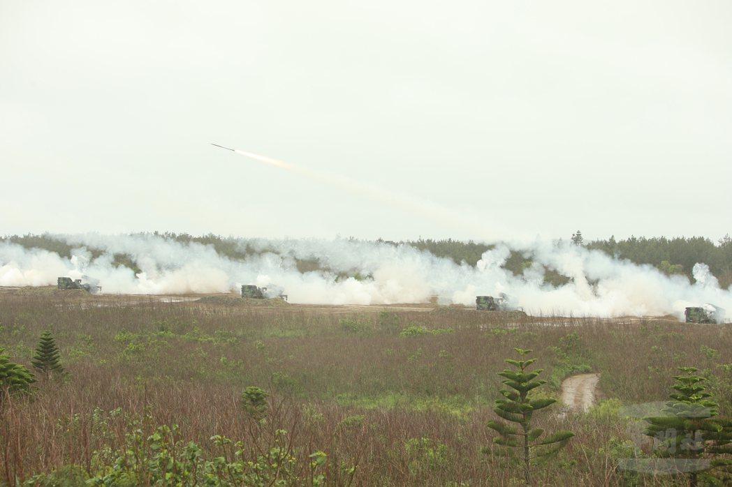 雷霆2000多管火箭射擊,聲勢驚人。(軍聞社)