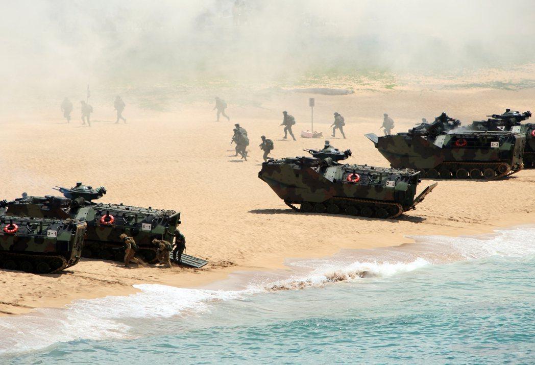 搶上灘頭的陸戰隊AAV-7兩棲突擊車。(軍聞社)