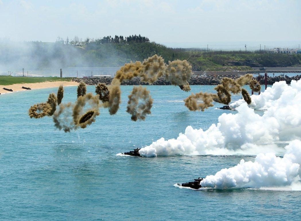 海軍陸戰隊AAV-7兩棲突擊車向灘頭前進,同時施放煙幕彈。(軍聞社)