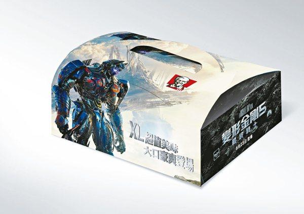 金饌魚子醬重磅咔啦雞腿堡XL套餐,餐盒加大並聯名電影《變形金剛5》。