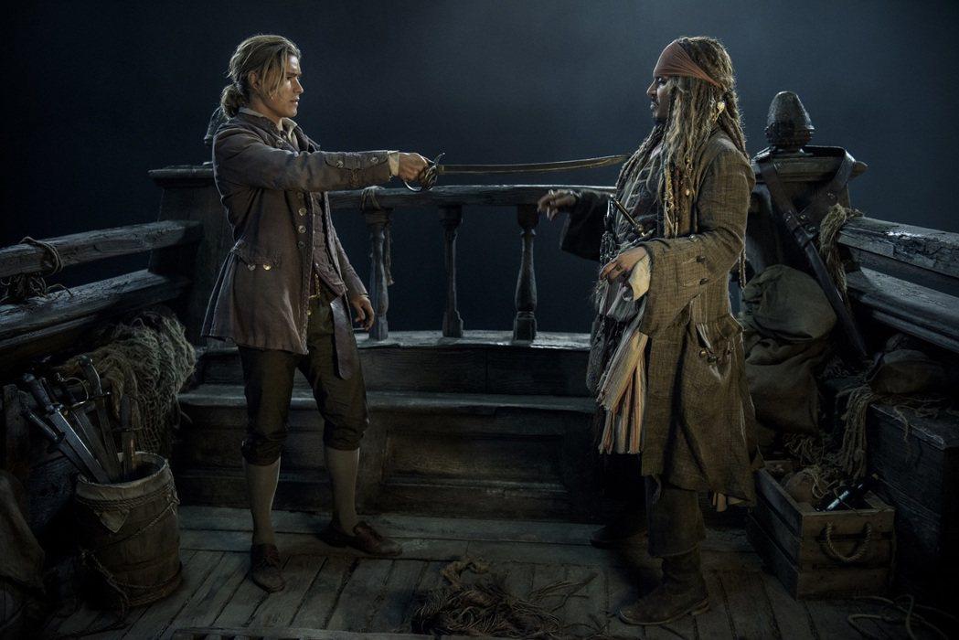 布蘭登思懷茲(左)和強尼戴普是「加勒比海盜  神鬼奇航:死無對證」兩位要角。圖/