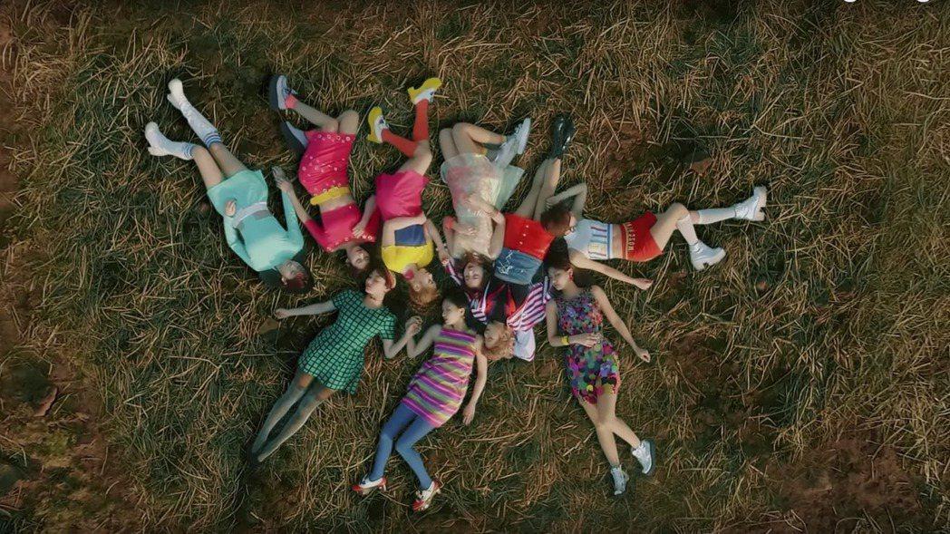 TWICE新曲「SIGNAL」再登南韓主流音樂榜榜首。 圖/擷自YouTube