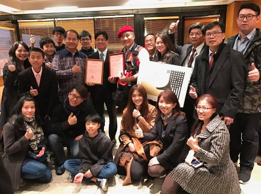 駐法代表張銘忠(後排左七)與發明團參賽團員合影。 圖擷自中華民國外交部
