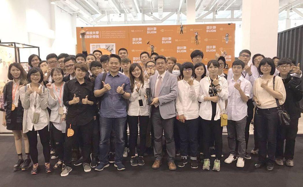 南臺科大連三年獲頒最高榮譽「年度最佳學校獎」。 南臺科大/提供