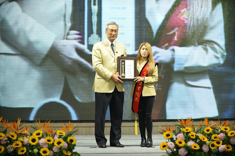 在21世紀不動產台灣區表揚年會上,獲得年度全台交易件數第一名的賴芮琪,她說一頭染...