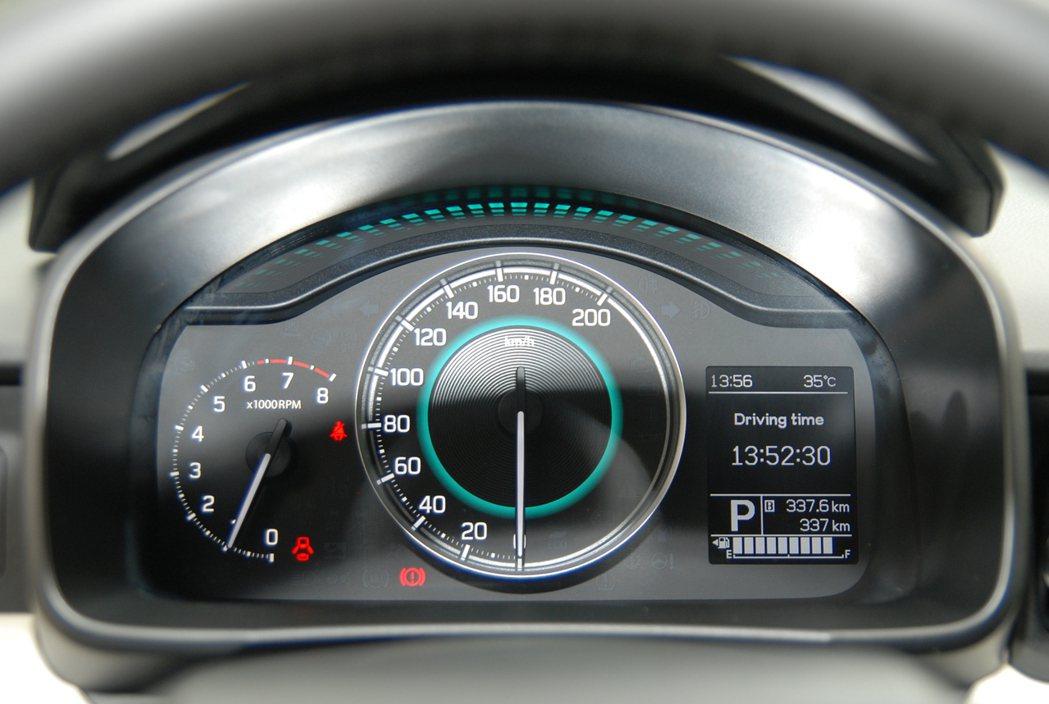 儀表板設計簡潔顯眼,有助於駕駛人判讀行車資訊。 記者林鼎智/攝影