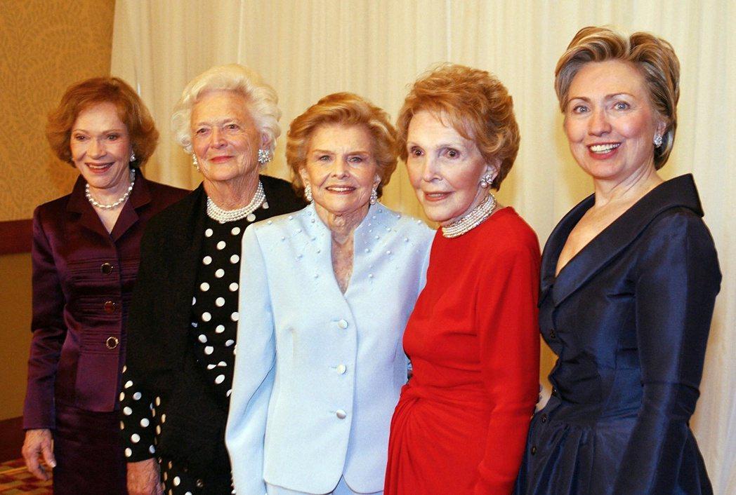 2003年一次第一夫人聚會中,五任美國第一夫人合影,右起為希拉蕊、南西、福特夫人...