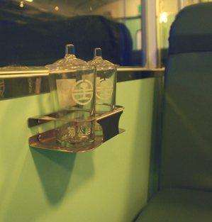 臺鐵玻璃蓋杯。圖/國立臺灣歷史博物館蒐藏品