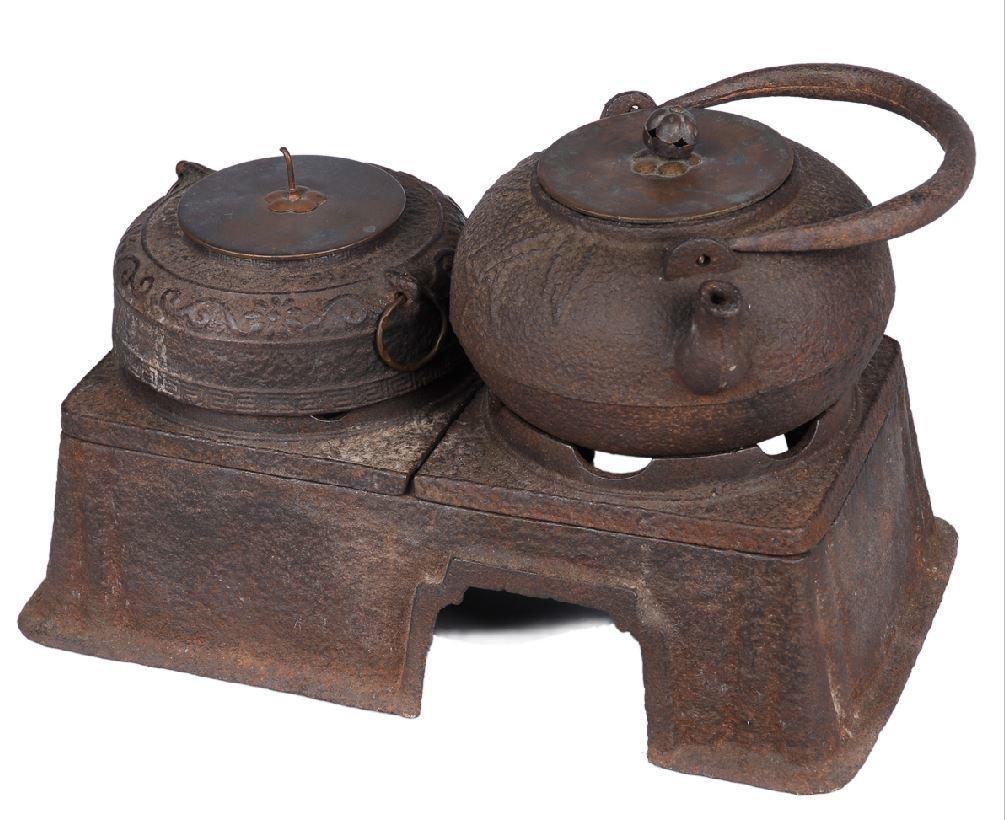 忍冬飾紋鐵製茶釜爐具。圖/國立臺灣歷史博物館蒐藏品
