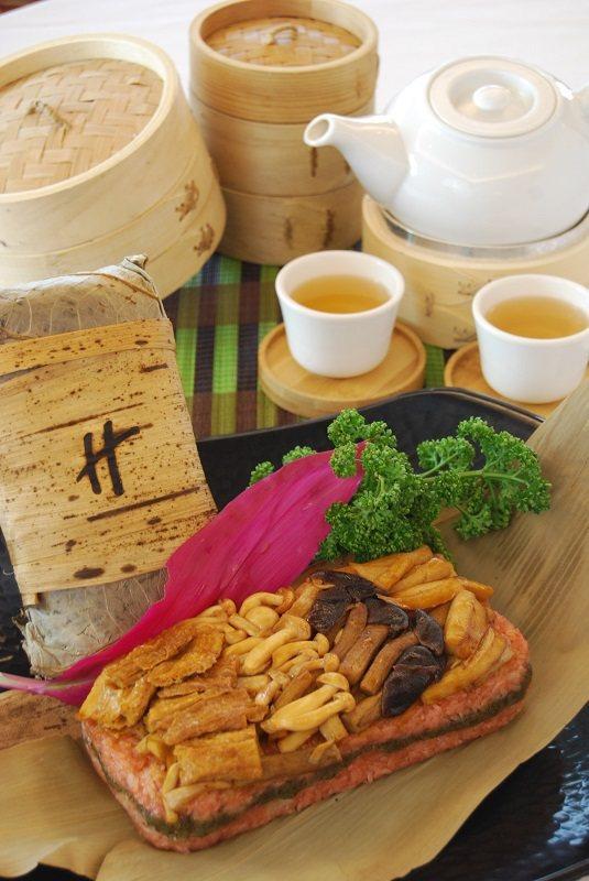 「玉筍茶菇菓珍粽」以初春的綠竹筍入粽,適合素食的朋友,也可用於敬神供佛,銷路不錯...