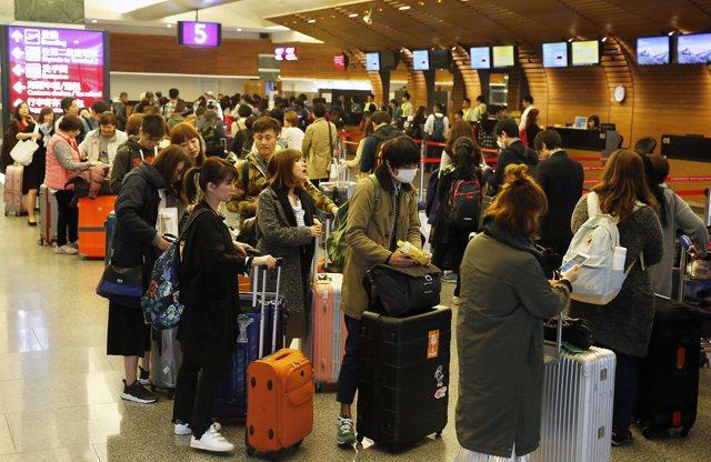 航班延遲若逾5小時以上,乘客辦理退票,航空公司不得收取手續費,相關辦法最快9月上路。資料照片