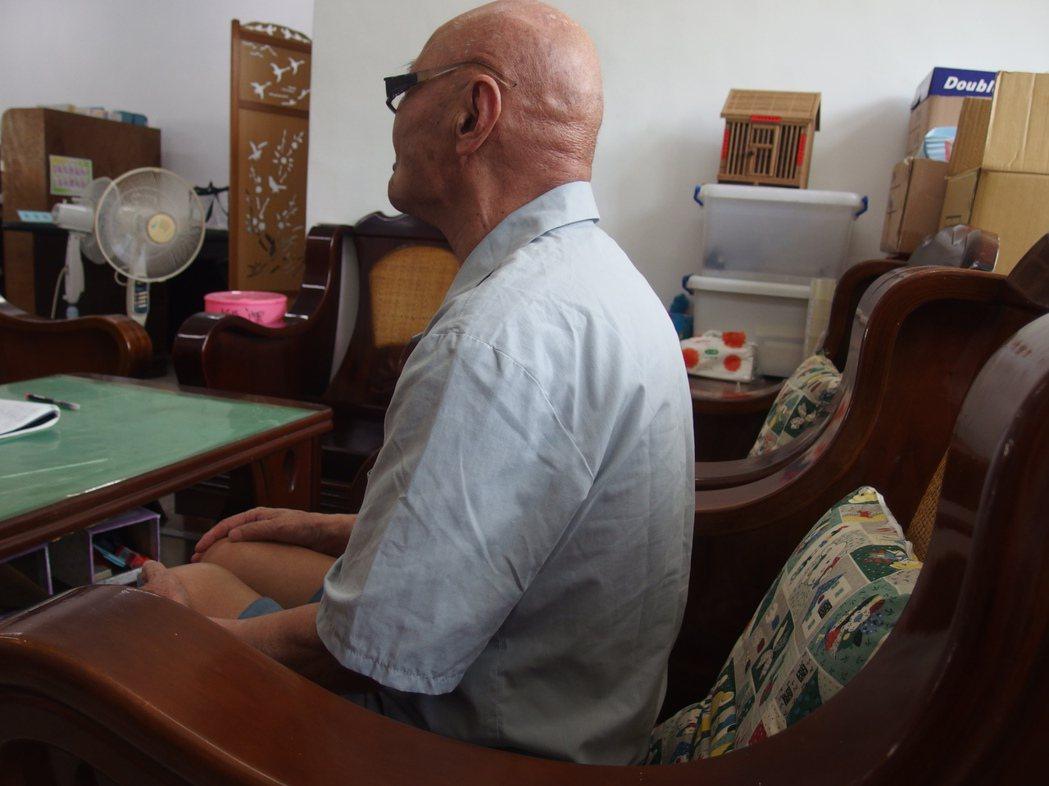 台中監獄年齡最大的87歲蕭姓受刑人,在監困擾就是雙腿無力,蹲式馬桶對他造成不便,...