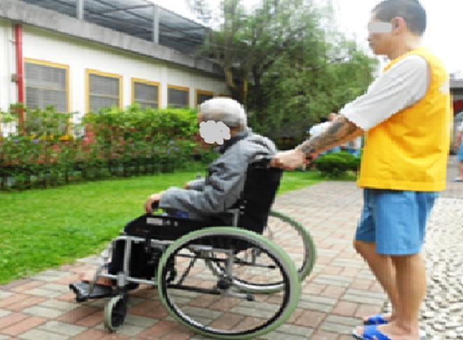 高齡收容人有的行動不便,戒護就醫和活動都要坐輪椅。圖/台北監獄提供