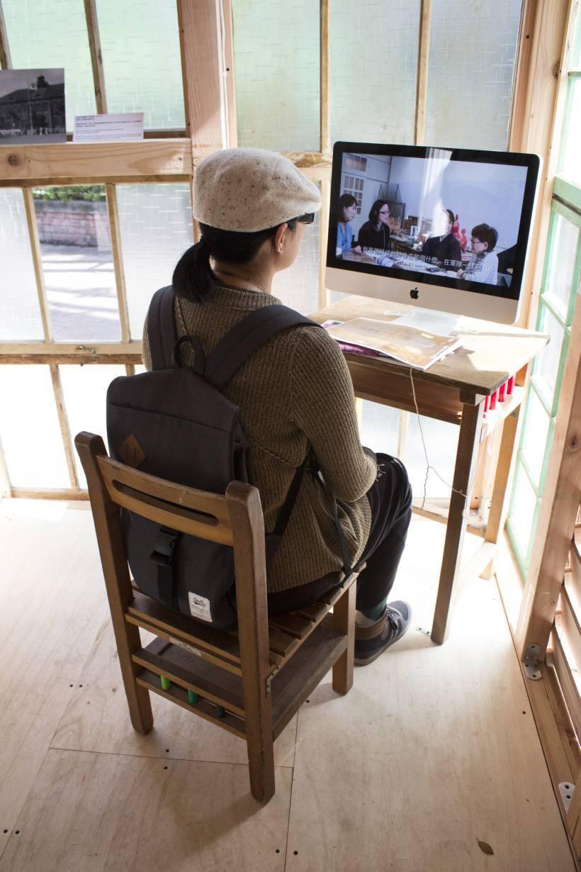 觀看「建成小學校」灣生採訪記錄。圖/非池中藝術網攝。