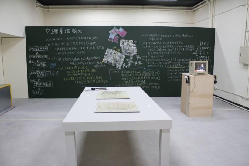 空總創新基地展間模擬戰情室,記錄過去的歷史演變。圖/非池中藝術網攝。