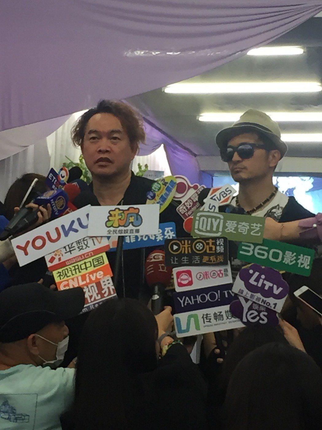 康康(左)與唐從聖(右)前往豬哥亮的靈堂弔唁。記者陳建嘉/攝影