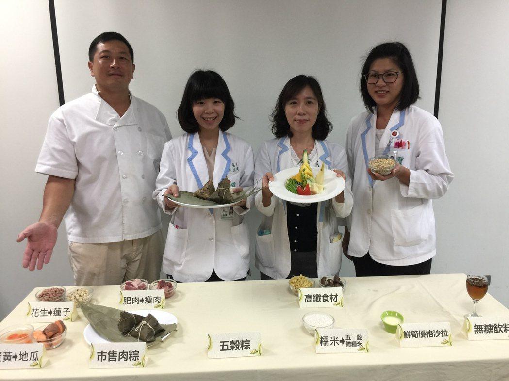 柳營奇美醫院營養師教大家聰明選擇健康吃粽。記者吳政修/攝影