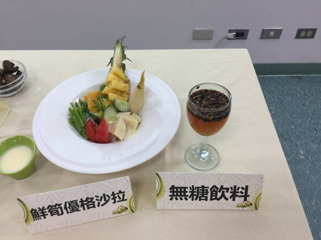 吃粽子若不喜歡喝湯,可選擇無糖麥茶幫助消化。記者吳政修/攝影