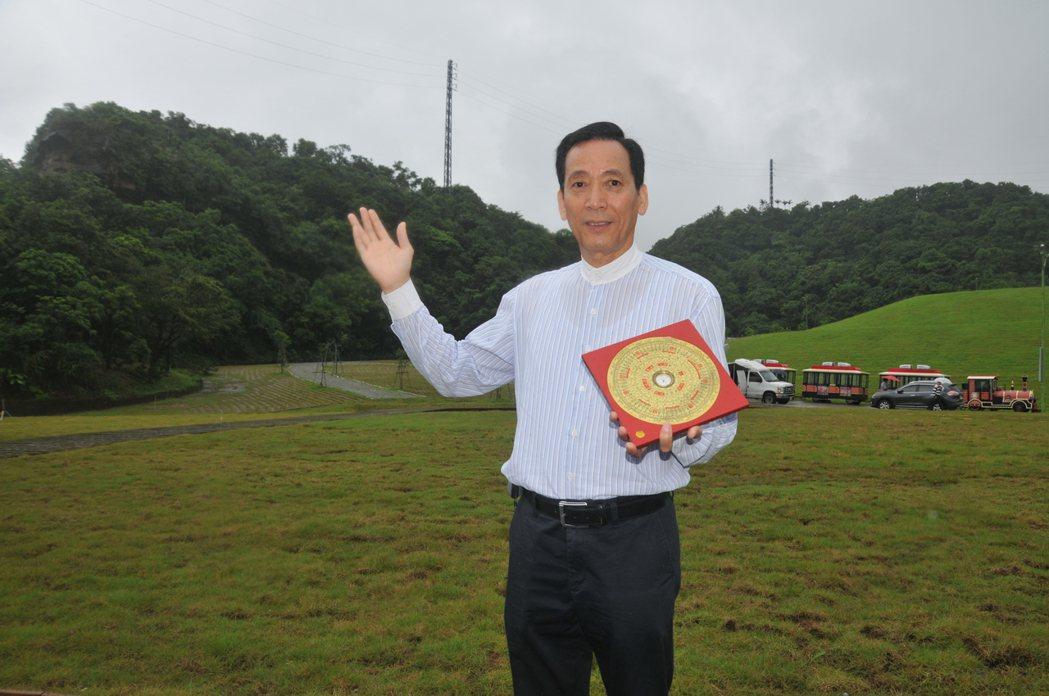 中國風水地理教授協會理事長陳冠宇,今天上午到豬哥亮長眠之處看風水。記者游明煌/攝