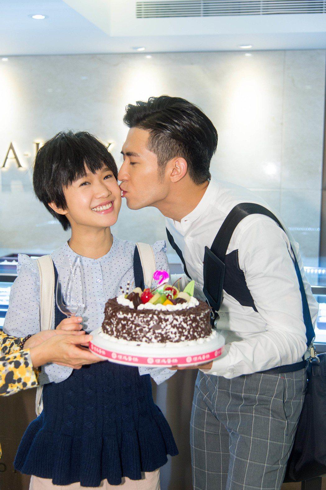 簡宏霖(右)端蛋糕、獻吻為嚴正嵐慶生。圖/三立提供