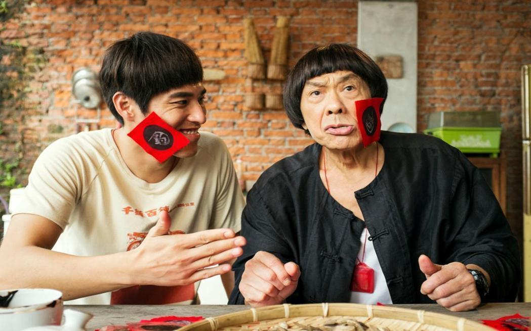 豬哥亮與金鐘視帝藍正龍在「大釣哥」中有溫馨逗趣的父子對手戲。圖/華聯國際提供