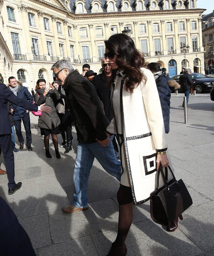 阿拉瑪汀在巴黎現身拎著Paris Premier包款。圖/Longchamp提供