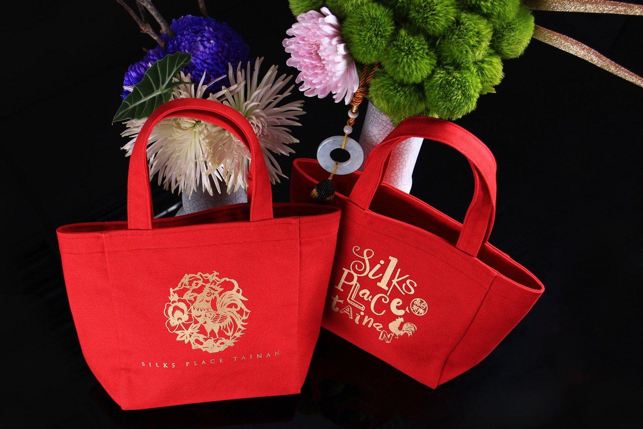 台南晶英酒店與在地知名店家廣富號帆布行聯名的「晶雞好運保溫福袋」。圖/晶英酒店提...